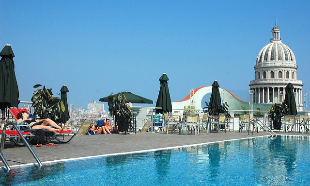 Вид из бассейна отеля Saratoga